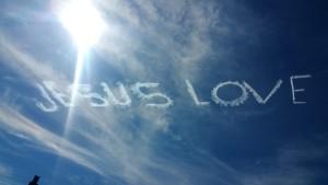 青い空にJESUS LOVEの文字が・・