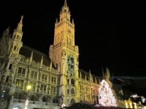 夜到着後、ミュンヘン市庁舎へ