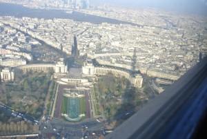 上空から見るパリの市街地