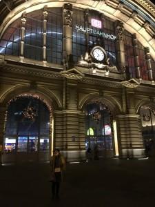 フランクルト中央駅、ツアー出発の起点です。
