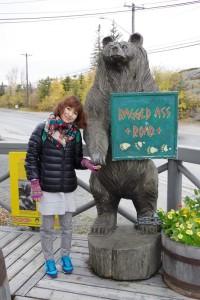 土産物店のクマの木彫りの前で