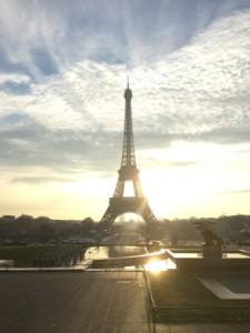 朝日を浴びるエッフェル塔