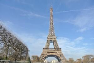 青空に映えるエッフェル塔